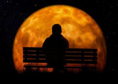月明りの下で佇む男性