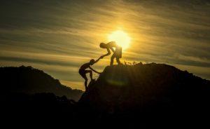 山登りで協力