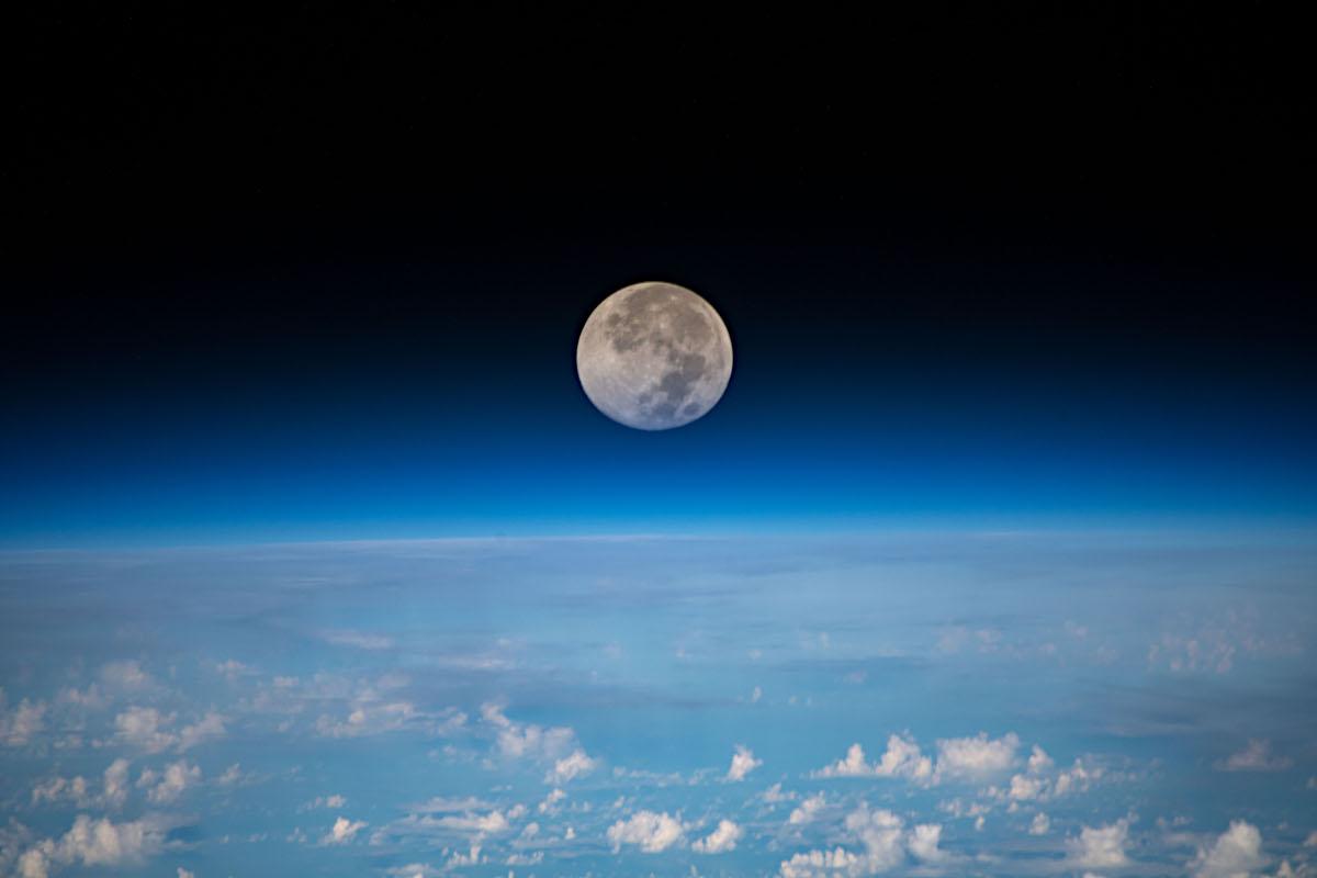 ISSから見た月の画像で第4チャクラを整える